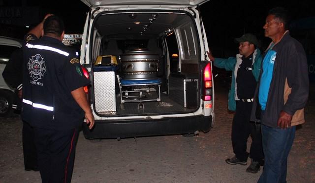 Los cuerpos fueron llevados por los socorristas al Inacif. (Foto Prensa Libre: Rigoberto Escobar)