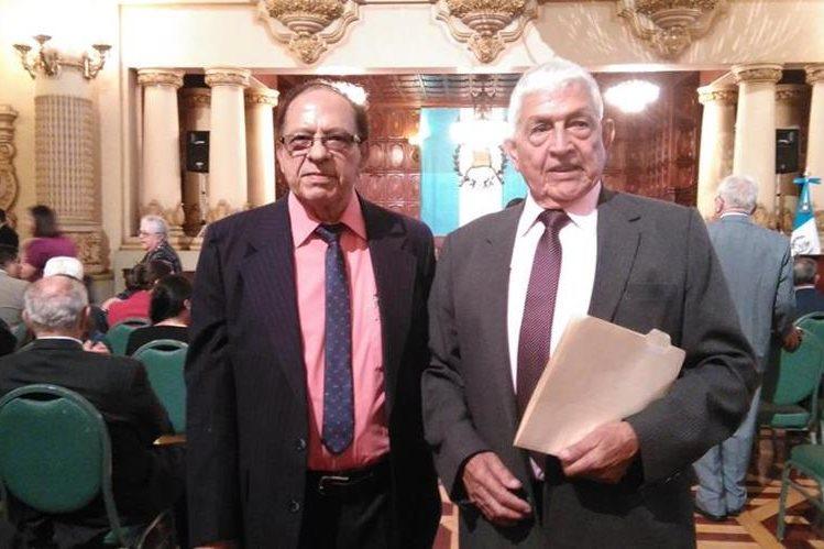 Carlos González (derecha) y Juan José Pontaza en el acto protocolario de la Orden Vicepresidencial. (Foto Prensa Libre: Francisco Sánchez)