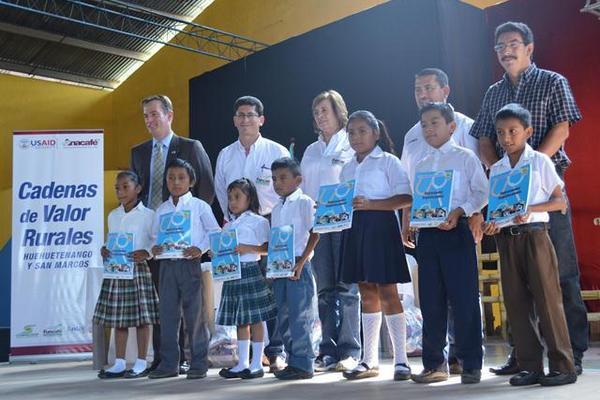 <p>Impulsores del plan, junto a estudiantes que fueron favorecidos con libros de lectura, en San Pablo. (Foto Prensa Libre: Édgar Girón) <br></p>