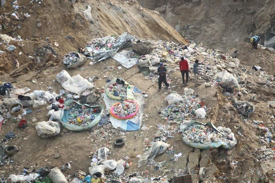 Cada día más de tres mil guajeros recolectan desechos reciclables entre toneladas de basura. (Foto Prensa Libre: Óscar Rivas)