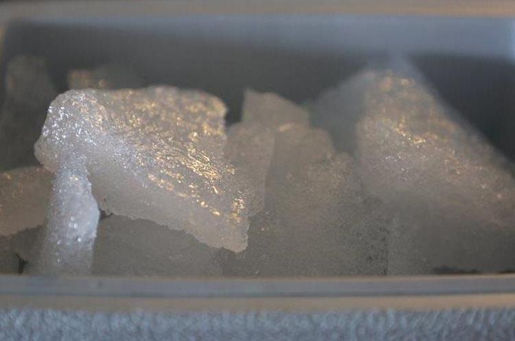 El agua del iceberg carece de ciertos minerales que el acuífero y el agua subterránea ganan a medida que pasan a través de la tierra. QAJAAQ ELLSWORTH