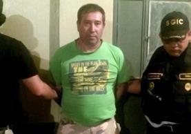 Óscar Eduardo Cordón Linares es trasladado a un juzgado de Izabal, por delitos de abuso sexual. (Foto Prensa Libre: Dony Stewart)