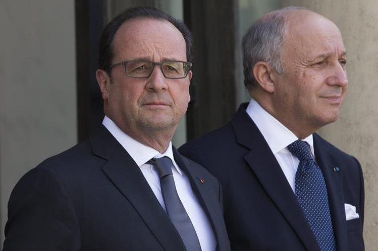 <em>El presidente francés Francois Hollande y el ministro de Exteriores Laurent Fabius en el Palacio del Elíseo en París, Francia. (Foto Prensa Libre: EFE).</em>