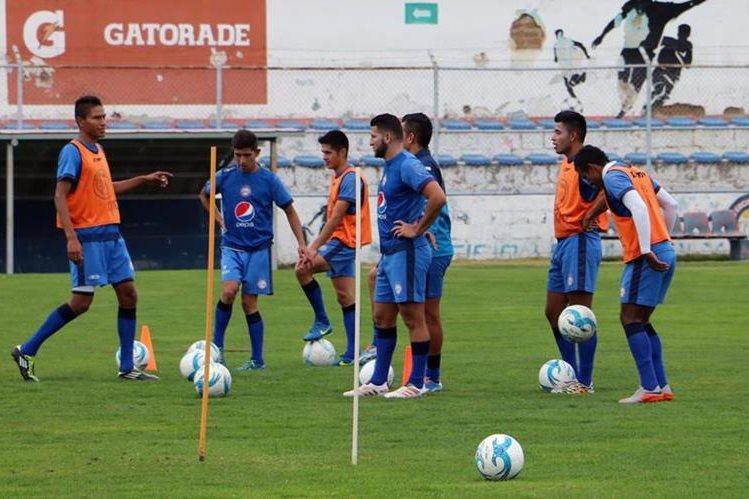 Jugadores de Xelajú MC realizan su practica en las instalaciones del Mario Camposeco. (Foto Prensa Libre: Carlos Ventura)