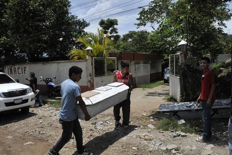 Familiares trasladan los restos de dos hombres que murieron en Pueblo Nuevo Viñas, Santa Rosa. (Foto Prensa Libre: Oswaldo Cardona)