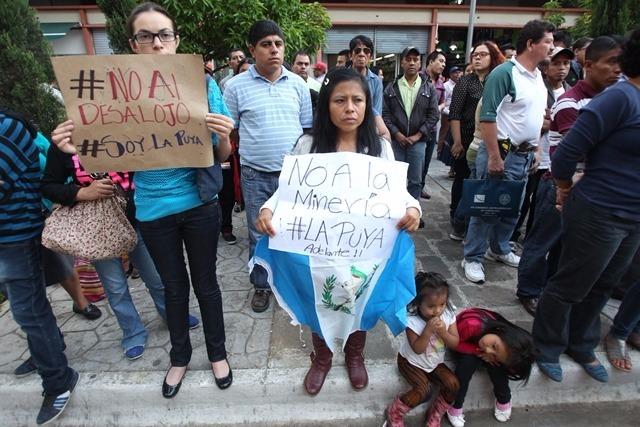 Varias personas manifiestan en favor de los comunitarios que mantienen un plantón frente a la Mina El Tambor. (Foto Prensa Libre: Hemeroteca PL)