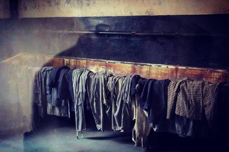 Prisioneros eran obligados a desnudarse antes de ser ejecutados. (Foto Prensa Libre: @AuschwitzMuseum)