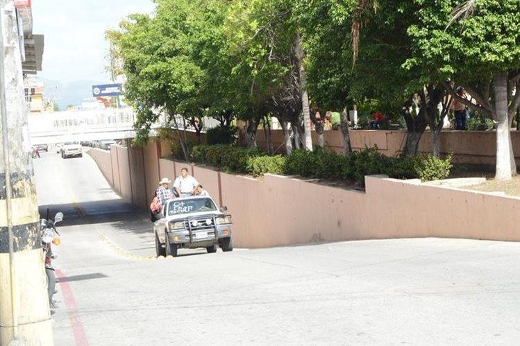 Vecinos de la cabecera de Zacapa utilizan picops y otros vehículos para movilizarse, debido a paro de transportistas. (Foto Prensa Libre: Víctor Gómez)