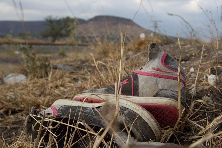 Un par de zapatos tenis, abandonados en el desierto. (Foto: noticiasenfasis.com).