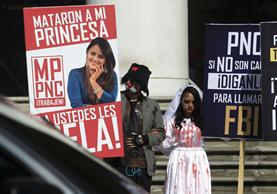 Erick Lancerio, novio de Gaby Barrios, protesta frente a la sede del MP en la capital. (Foto Prensa Libre: Carlos Hernández)