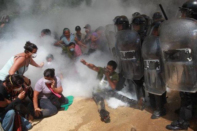 Pobladores de San José del Golfo y San pedro Ayampuc, se resisten a ser desalojados por policías del ingreso a la mina. (Foto Prensa Libre: Hemeroteca PL)