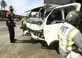 Esta panel choco con otro vehículo en la 6a avenida y 10 calle, zona 9. (Foto Prensa Libre: Carlos Hernández).