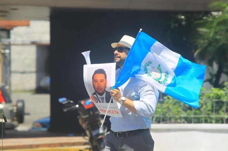 Estudiantes de la Universidad Rafael Landivar portan las caras de los 107 diputados que modificaron el Código Penal.