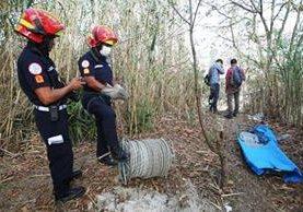 Bomberos Municipales a la orilla del barranco donde fue encontrado el cuerpo de una mujer. (Foto Prensa Libre: Érick Ávila)