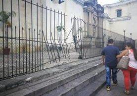 En la administración del templo La Merced no se proporcionó información respecto a cuánto ascienden los gastos por reparación de la reja. (Foto Prensa Libre: José Patzán)