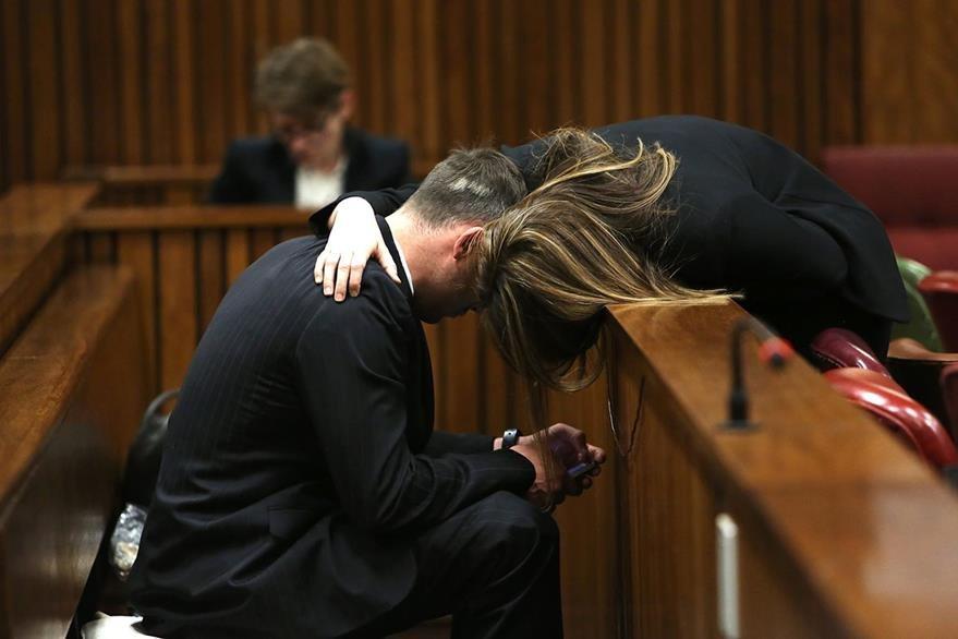 Pistorius recibe un abrazo de su hermana durante un receso en la audiencia. (Foto Prensa Libre: AFP).
