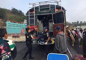 Socorristas brindan atención a pasajeros de autobús accidentado en autopista Los Altos, en Xela. (Foto Prensa Libre: Stereo 100 Xela)