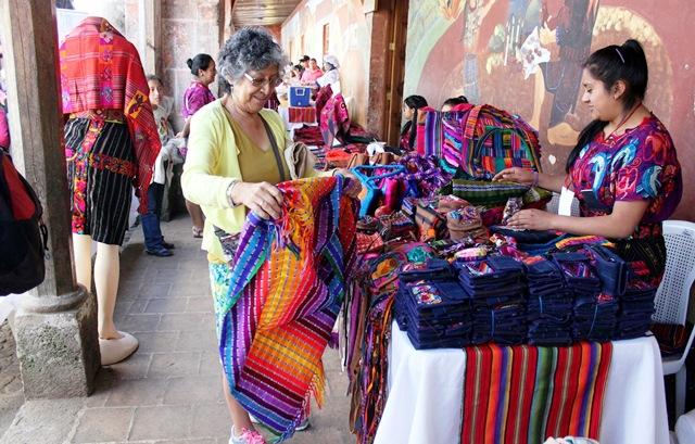 Los textiles es uno de los indiscutidos atractivos en el fesrtival de Chichicastenango. (Foto Prensa Libre: Óscar Figueroa)