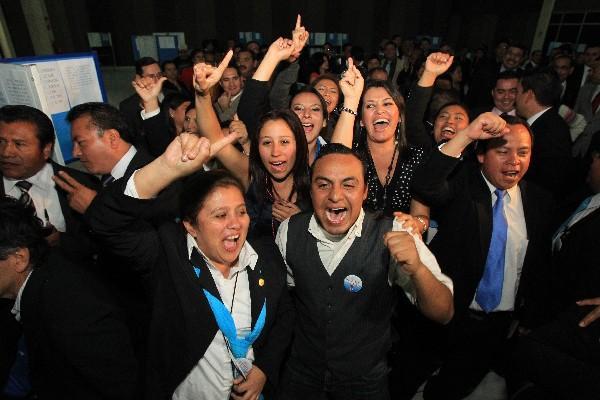 Abogados jóvenes celebran resultado en la reciente elección del representante gremial.