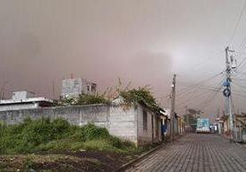 Varios sectores de San Pedro Yepocapa, Chimaltenango, son afectados por la caída de ceniza volcánica. (Foto Prensa Libre: Víctor Chamalé)