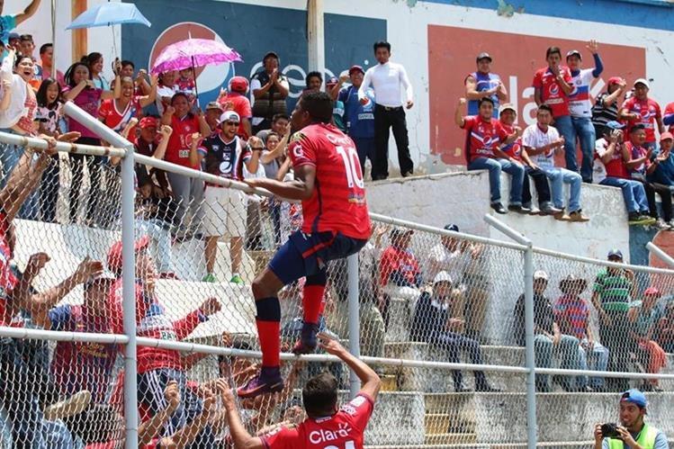 El Mario Camposeco vivió una fiesta con la victoria de Xelajú MC. (Foto Prensa Libre: Carlos Ventura)