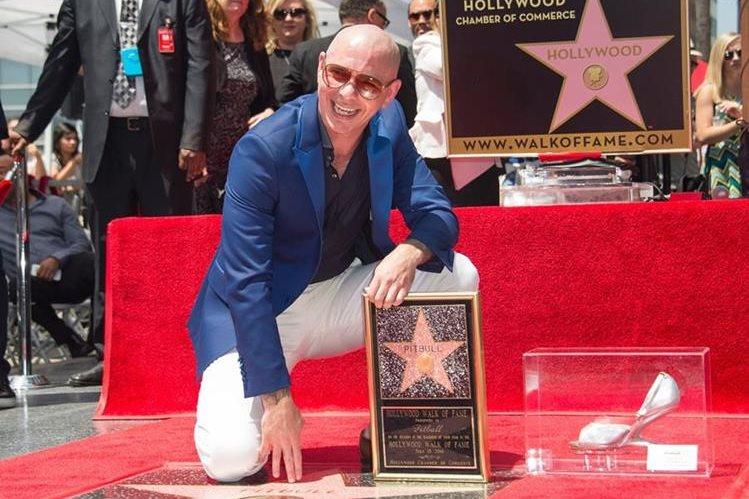 Pitbull ya tiene su estrella en el Paseo de la Fama. (Foto Prensa Libre: AP)