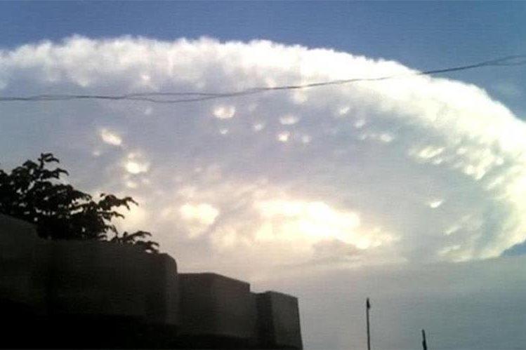 La extraña nube que se posó sobre el cielo de Cartagena, Colombia. (Foto: @transdocnoticias).