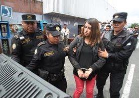 Adriana Morales es llevada a la Torre de Tribunales luego de su captura, en el Hospital General. (Foto Prensa Libre: HemerotecaPL)