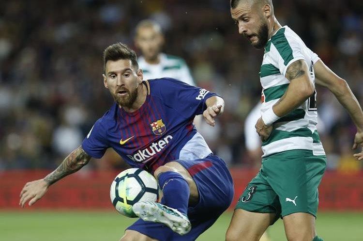 Messi intenta dominar la pelota ftente a David Junca del Eibar.