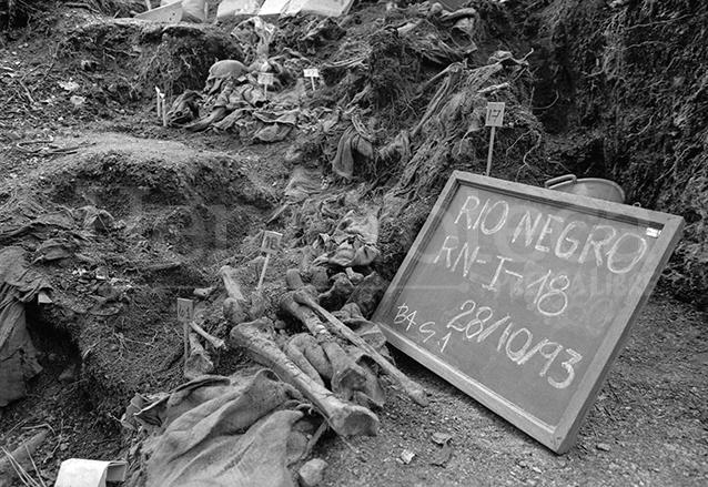 El 28 de octubre de 1993 fueron localizados restos humanos por un grupo de forenses, los cuerpos fueron reconocidos por varios de los sobrevivientes a la masacre de Río Negro de 1982, ya que aún se conservaban prendas de vestir. (Foto: Hemeroteca PL)