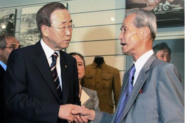 Sumiteru Taniguchi, derecha, con el entonces secretario general de las Naciones Unidas, Ban Ki-Moon, en 2010. (Foto PrensaLibre: AFP)