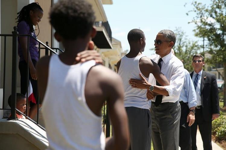 <em>Barack Obama saluda a familias del barrio Tremé en Nueva Orleans. (Foto Prensa Libre: AFP).</em>