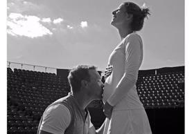 Mandy Minella compartió en sus redes sociales una fotografía junto a su esposo y entrenador en la que da a conocer su embarazo. (Foto Prensa Libre: Twitter)