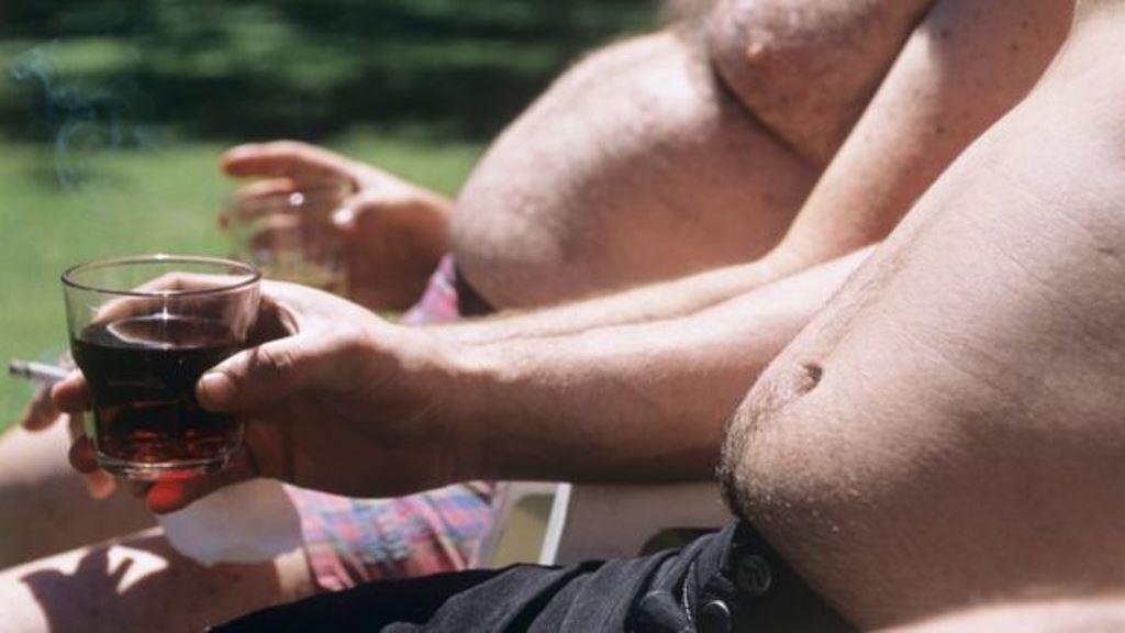 La combinación de alcohol y obesidad puede agravar muchos problemas. (SPL)