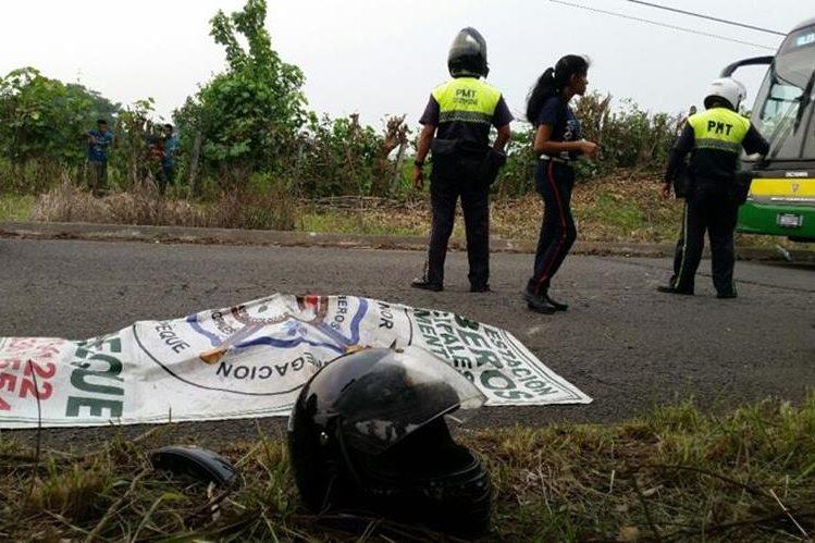 Autoridades resguardan lugar donde se halla cadáver de motorista, en Coatepeque, Quetzaltenango. (Foto Prensa Libre: Alexánder Coyoy)