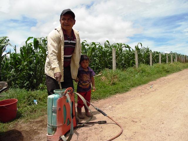 Mauricio Menchú, de  Xepanil, Santa Apolonia, asegura  que por la pobreza no acuden a los hospitales. (Foto Prensa Libre: José Rosales)