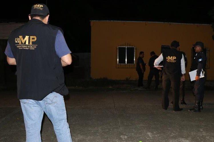 La noche de lunes, en el interior de una vivienda que funcionaba como venta de drogas, fue ultimado un joven que se empleaba como despachador. Foto Prensa Libre: Rigoberto Escobar.