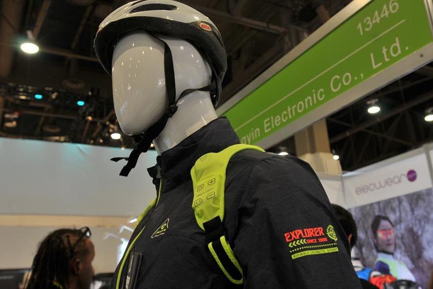 Este dispositivo tiene en los extremos de los hombros el bluetooth. (Foto Prensa Libre: Ana Lucía Ola)