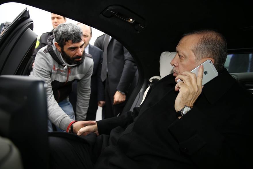 El presidente turco (der.) conversa con el hombre que intentó quitarse la vida. (Foto Prensa Libre: AP).