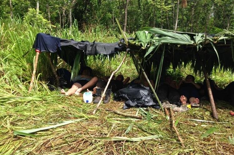 Agentes improvisaron champas para descansar y protegerse del sol. (Foto Prensa Libre: Cortesía)