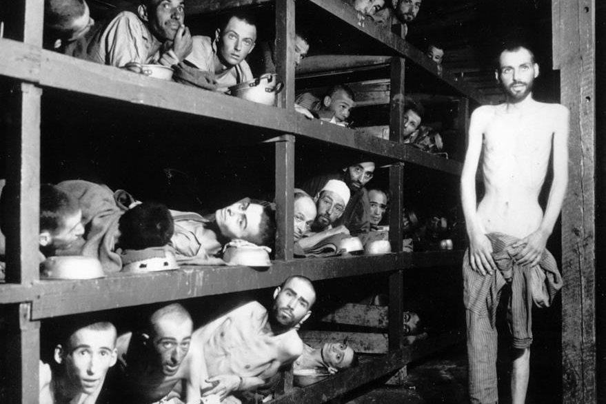 En esta fotografía del 16 de abril de 1945 se puede observar a Elie Wiesel, en un campo de concentración; es el séptimo de izquierda a derecha en la fila de en medio. (Foto Prensa Libre: AP).