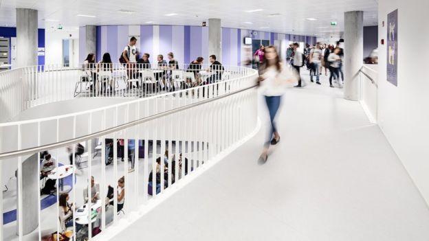 """En las escuelas que siguen el principio del """"open-plan"""", no hay diferencias entre espacios de pasillo y clases. KUVATOIMISTO KUVIO OY"""