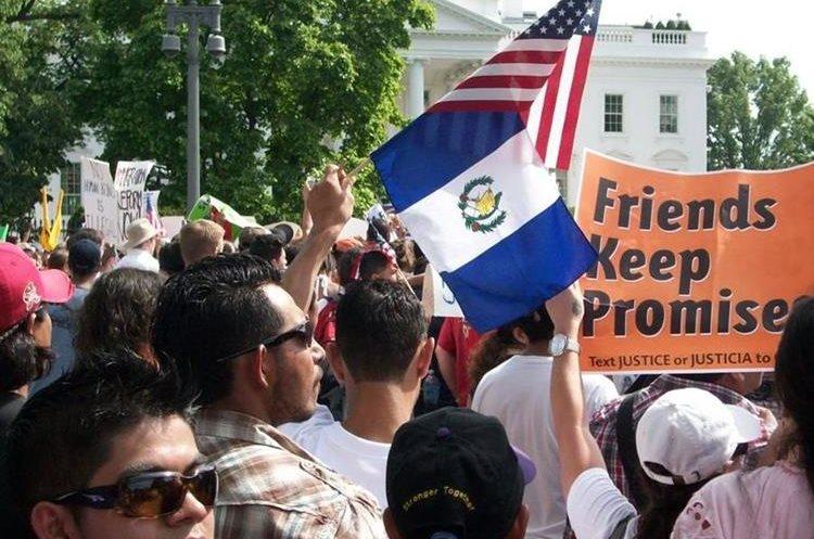 Migrantes guatemaltecos participan en una protesta frente a la Casa Blanca. (Foto Prensa Libre: Hemeroteca PL)