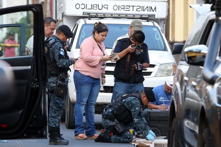 Agentes antinarcóticos de la PNC realizaron pruebas de campo a los paquetes incautados lo que dieron positivo de cocaína. (Foto Prensa Libre: Renato Melgar)
