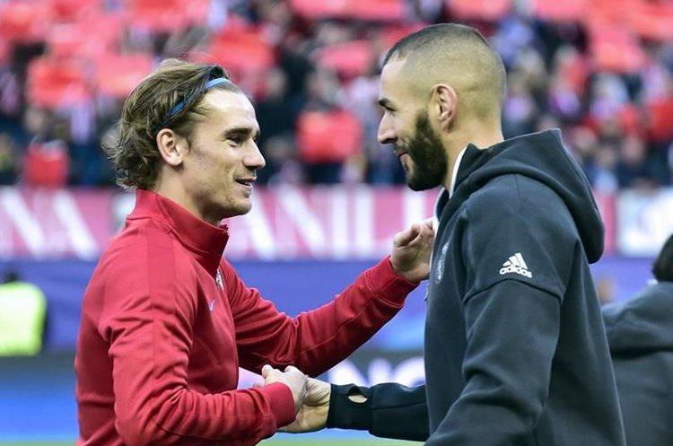Los franceses Antoine Griezzmann y Karim Benzema se saludan antes del partido.