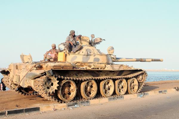 Soldados leales al gobierno derrocado en Yemen avanzan en el sur de ese país.