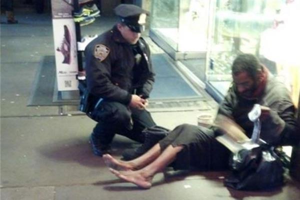 """<p>Momento en que el indigente saca de su empaque el obsequio del policía Deprimo. (Foto: Facebook)<br _mce_bogus=""""1""""></p>"""