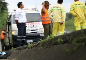 Socorristas en el lugar donde ocurrió el hecho armando, km 44 de la autopista Palín-Escuintal. (Foto Prensa Libre: Enrique Paredes)