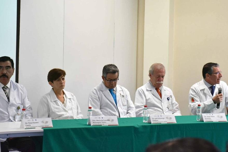 Médicos del hospital infantil dan pormenores de la cirugía. (Foto Twitter/@T_HIMFG).