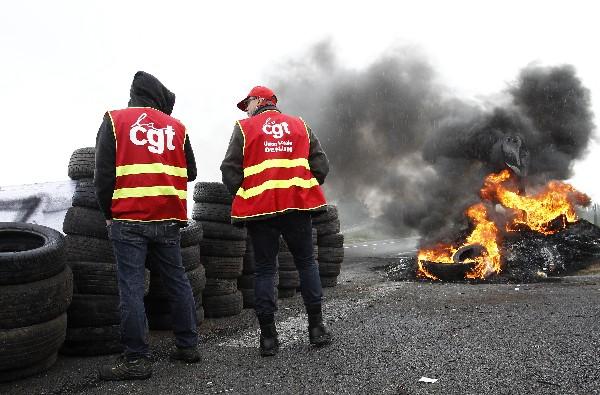 Integrantes del sindicato bloquean el ingreso a un depósito de combustible.(AFP).
